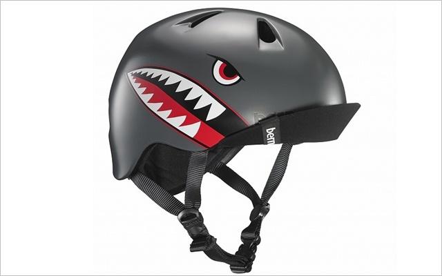 ストライダーは転倒の恐れがあるので、ヘルメットは必ず着用させてください。